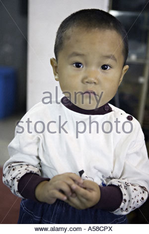 china-shanghai-young-chinese-boy-toddler-in-the-market-in-shanghai-a58cpx
